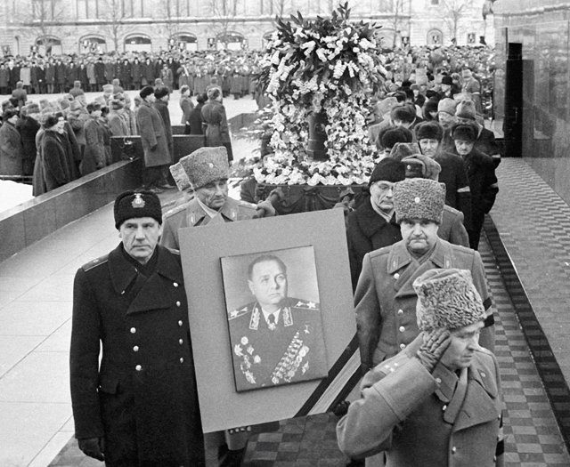 Траурная процессия на Красной площади во время похорон Маршала Советского Союза Кирилла Афанасьевича Мерецкова. 1969 год.