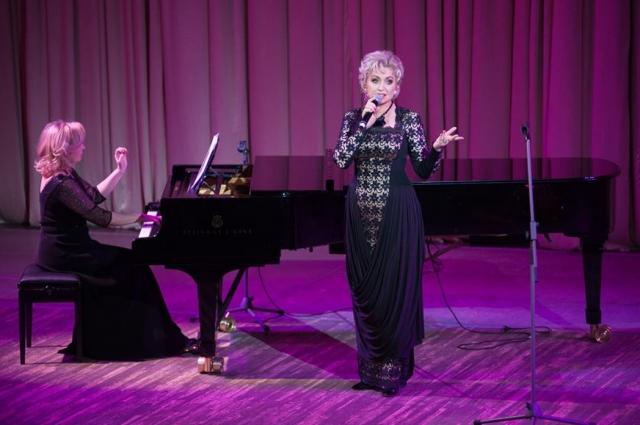 В репертуаре певицы мировая классика и русские песни.