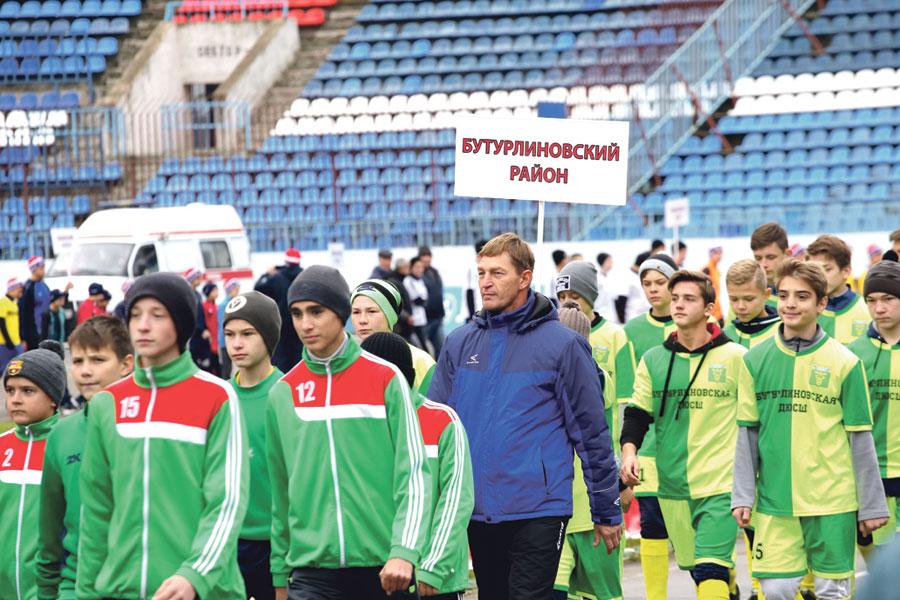 Спортивный праздник начался парадом детских футбольных команд.