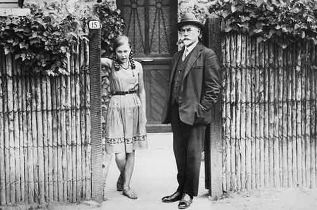 Антон Деникин с дочерью Мариной на пороге своего дома в предместье Парижа, коммуна Севр, 1933 год