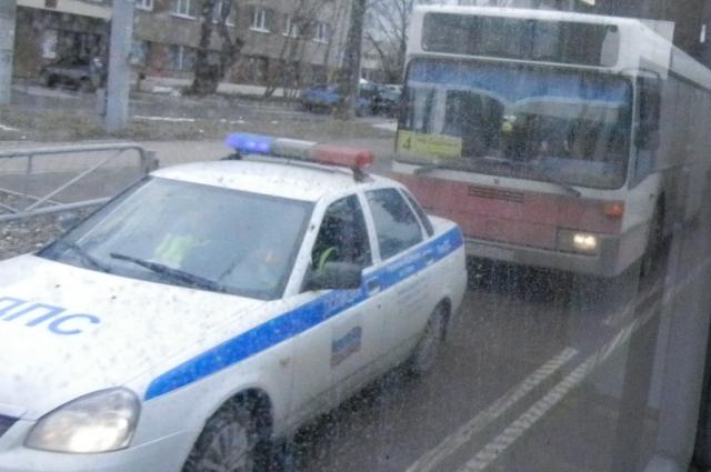 Транспорт оттащили на остановку, на месте работают сотрудники ГИБДД.
