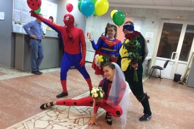 Гости свадьбы были наряжены под стать молодым.