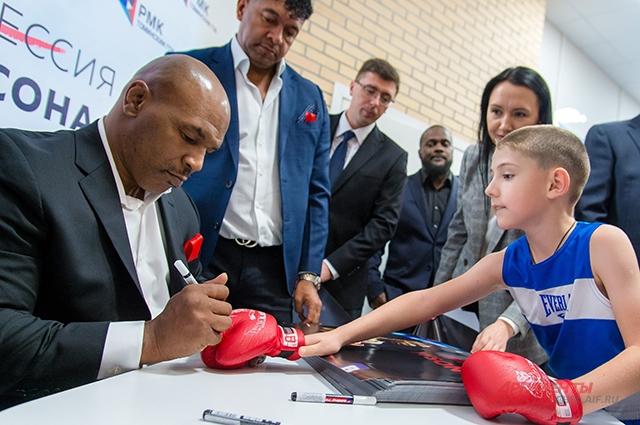 Тайсон оставлял автографы даже на боксёрских перчатках, майках и футболках.