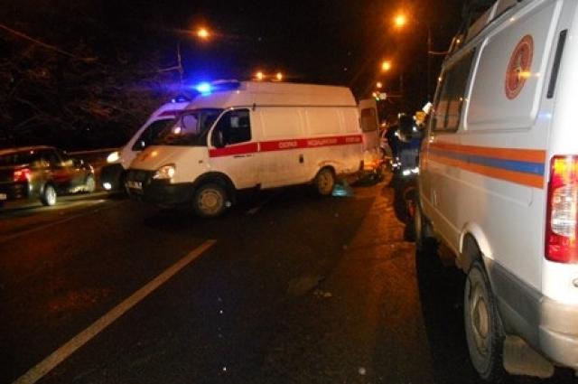 На место выехали несколько автомобилей скорой помощи.