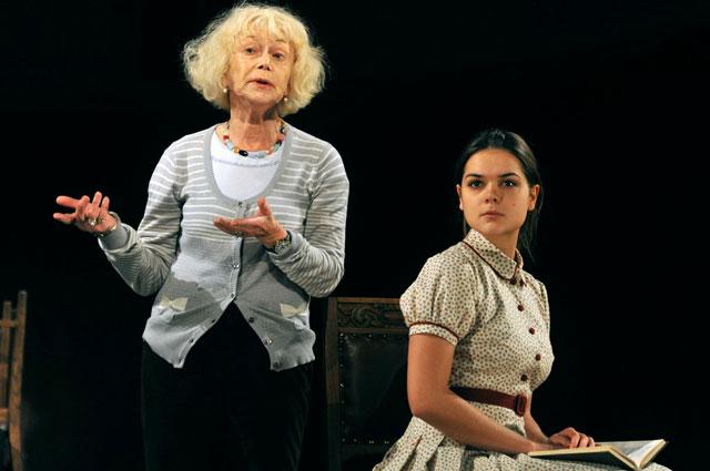 Светлана Немоляева и Полина Лазарева в спектакле Московского театра имени Маяковского Таланты и Поклонники, 2012 год