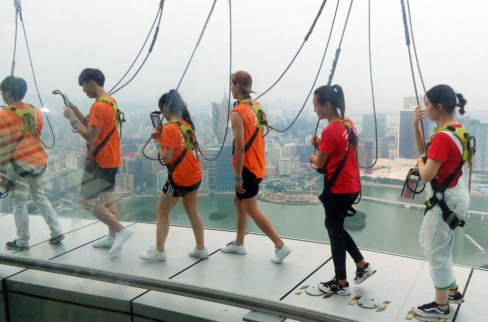 По краю высокой башни прошагать над городом - риск, перерастающий в восторг от увиденного.