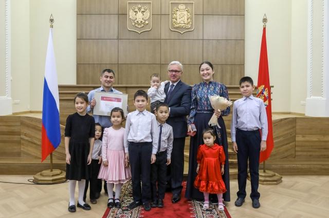 В Красноярском крае 15 многодетных матерей получили почетные знаки «Материнская слава».
