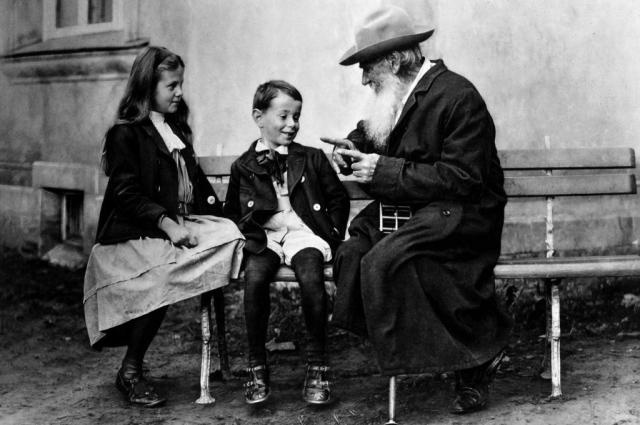 Лев Толстой с внуками Ильей и Соней. 1909 год.