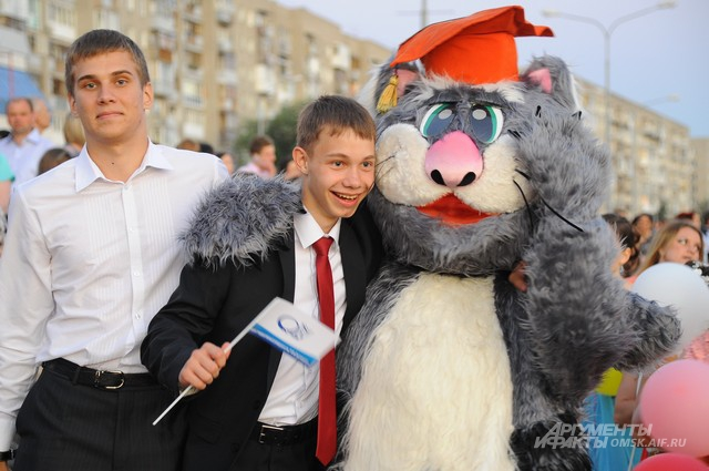 Выпускники по традиции вечером гуляют по набережной Иртыша.