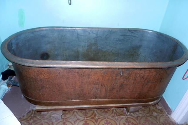 Уже тогда во многих был установлен водогрей, просторная ванна, сушилки для полотенец.