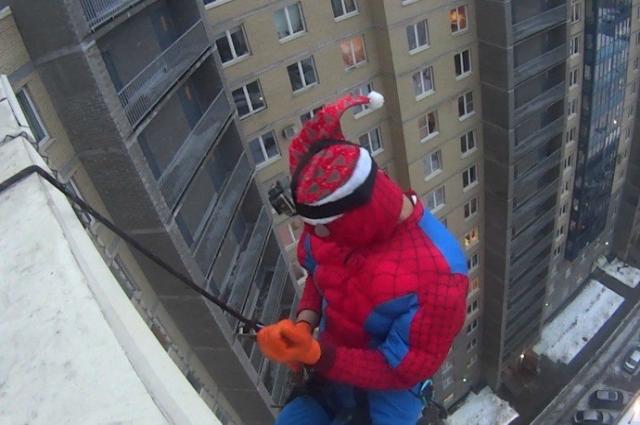 Альпинист спустился с крыши в окно комнаты ребенка.