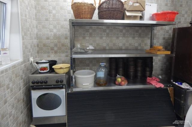 Кухня, где выпекается хлею и пряники и хранятся основные ингредиенты.