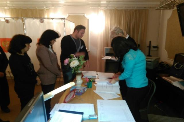 Перед открытием участков члены комиссии получили бюллетени.