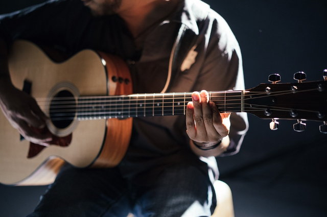 Лет в 10-12 Антон с друзьями начал играть на гитарах.