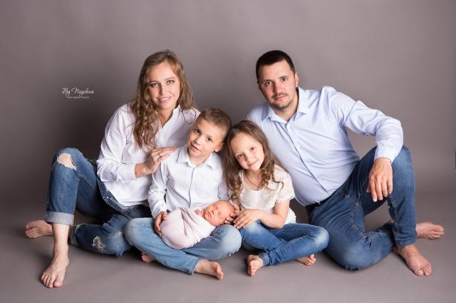 Фотограф больше всего любит снимать новорожденного со всеми членами семьи.