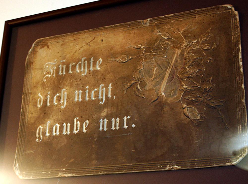 Панно с изречением на немецком: «Не бойся. Главное - верь».