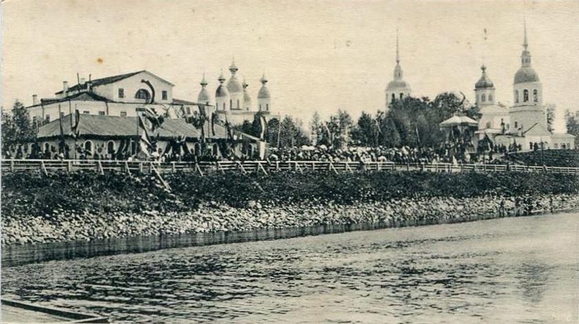 1893 год – празднование 200-летия со дня первого визита Петра I в Архангельск. Кладку видно справа.