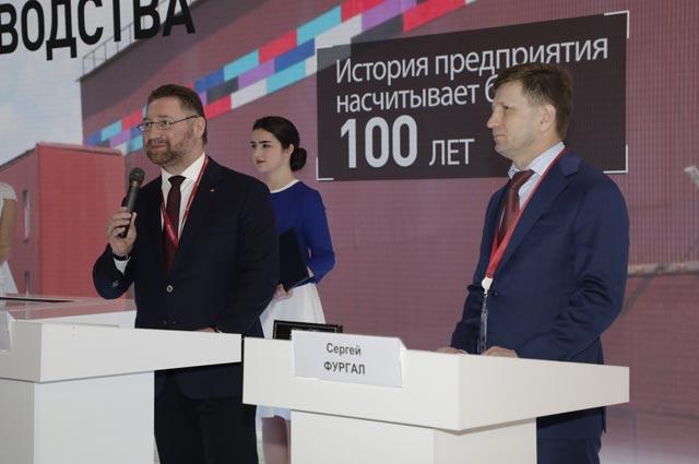 Президент РМК Всеволод Левин (слева) и губернатор Хабаровского края СергейФургал подписали соглашение о сотрудничестве – одно из самых крупных на форуме в Сочи.