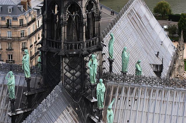 На свинцовой крыше вокруг шпиля — бронзовые скульптуры 12 апостолов и четырёх крылатых фигур тетраморфа