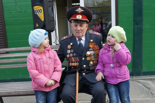 Иван Федотович с юным поколением семьи Абраменко.