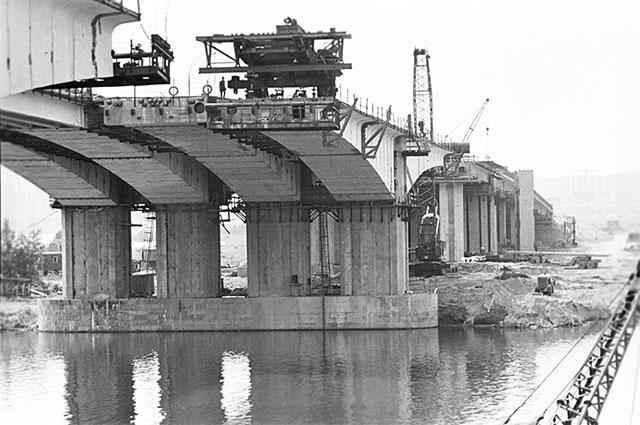 Строительство моста через Москва-реку, связывающего два жилых района города - Строгино и Щукино. 1981 год.