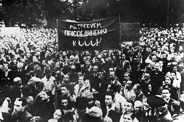 Демонстрация трудящихся города Риги, требующих присоединения Латвии к СССР. Июль 1940 г.