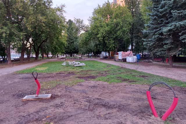На аллее Советской армии строительный мусор, из земли торчат обрывки кабеля. А здесь гуляют дети.