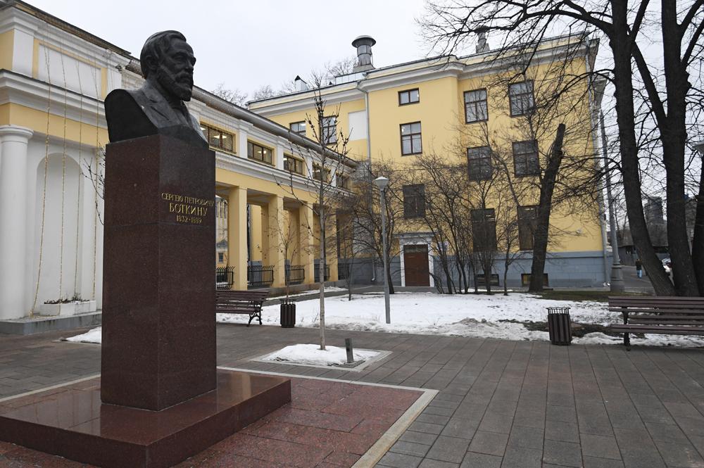 Бюст Сергея Боткина возле здания городской клинической больницы имени С. П. Боткина в Москве.