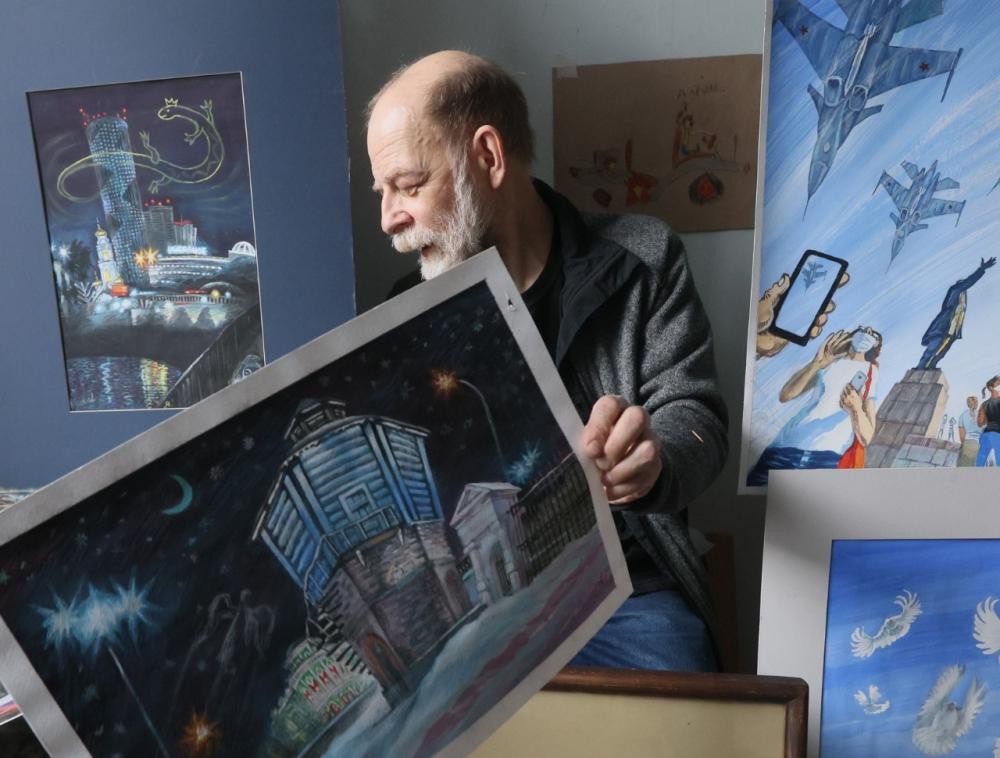 Художник Алексей Рыжков показывает свои работы.
