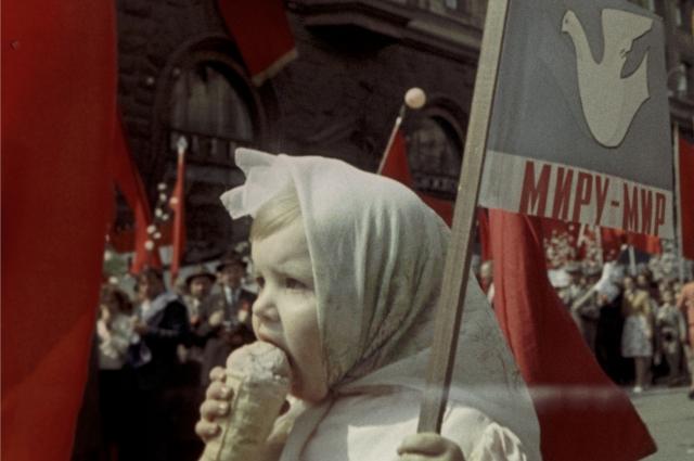 На первомайской демонстрации, 1964 г.