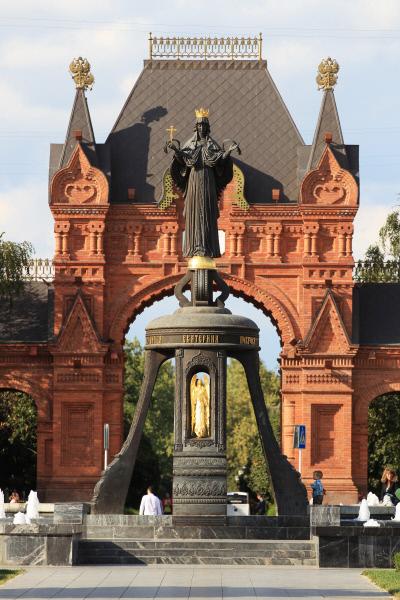 Памятник императрице Екатерине II и Александровская триумфальная арка в Краснодаре