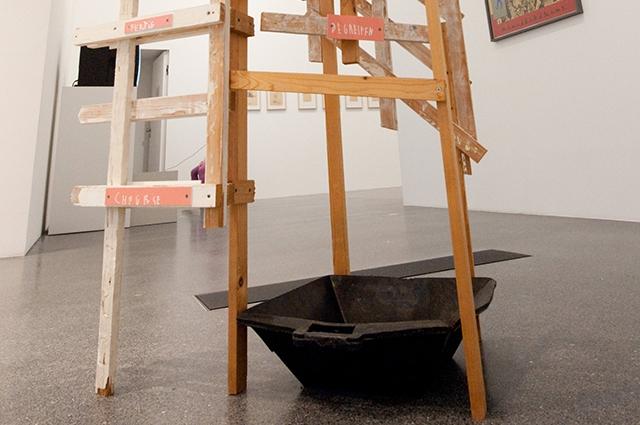 Инсталляция художника Мартина Киппенбергера Когда начинает капать с потолка