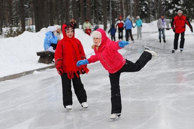 Каток - любимое зимнее развлечение.