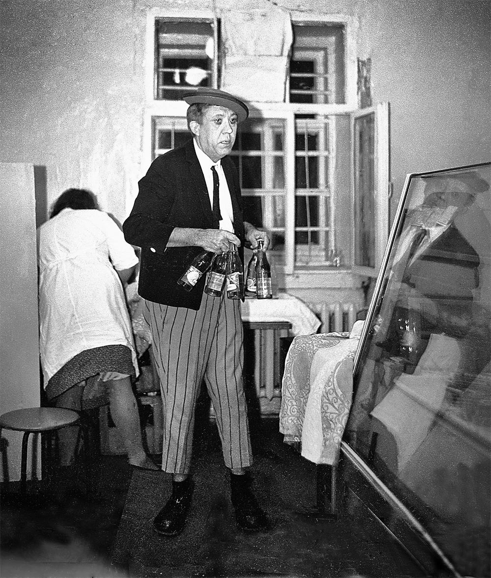 Юрий Никулин закупился в служебном буфете Цирка на Цветном бульваре газировкой для себя и гостей, которые всегда в изобилии собирались в его гримёрке.