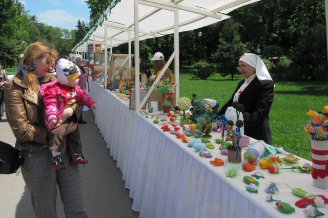 Покупая поделки и угощения в этом году, ростовчане и гости города вносили свой вклад в создание «Приюта для мам».