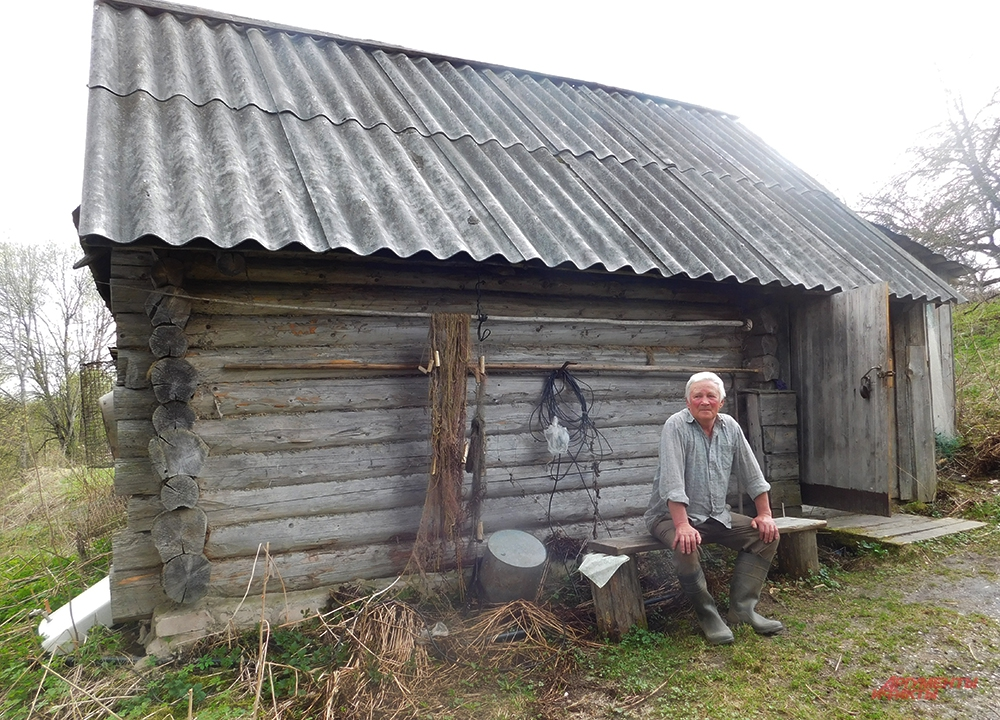 В этой бане весной 1942 г. мыли и отпаривали истощённого и обовшивевшего Маресьева. Рядом сын человека, который спас лётчика.
