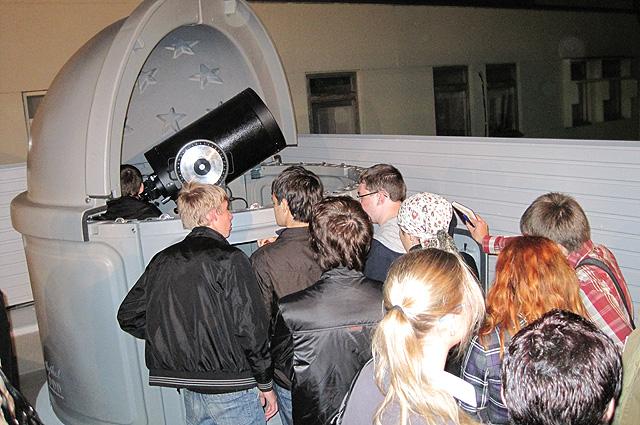 На торжественном открытии обновленной астрофизической обсерватории выстраивались очереди из желающих посмотреть на звезды.