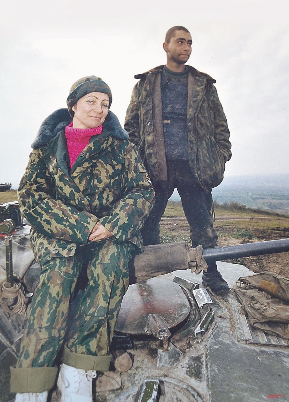 Татьяна с Сергеем на той самой броне, которой её сын прикрывал нас от пуль (ноябрь 1999 г.).