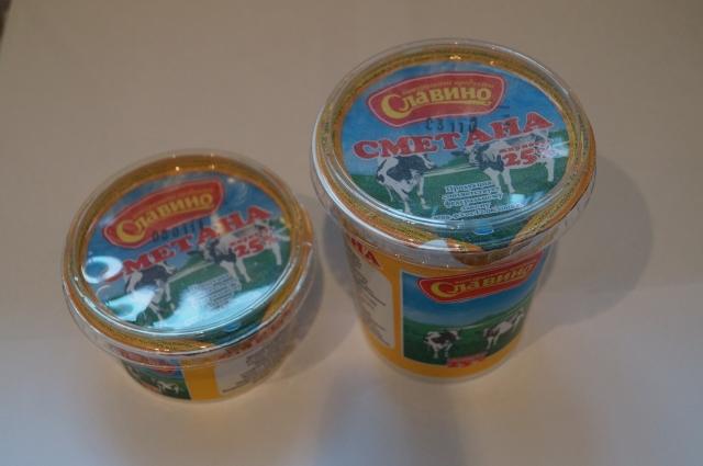 В ассортименте выпускаемой продукции есть кефир, сметана, творог, сливочное масло, молоко.