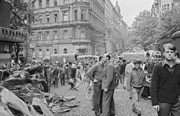 На улицах Праги во время событий 1968 года