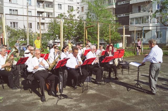 Каждое лето красноярский духовой оркестр даёт концерты на улице.