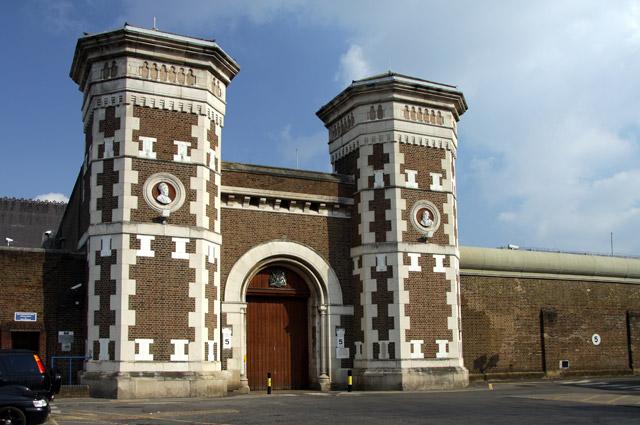 Вход в тюрьму «Уормвуд-Скрабс».