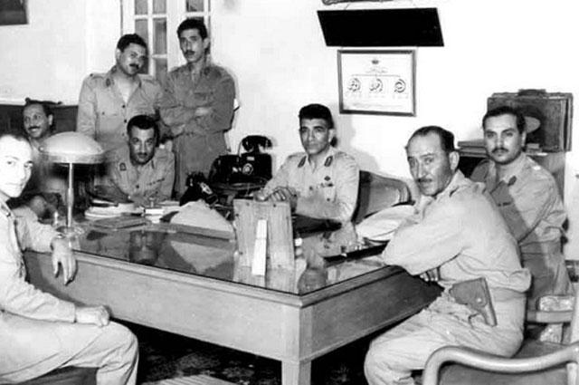«Свободные офицеры» в 1953 году. Слева направо: Закария Мохи эд-Дин, Абдель Латиф аль-Багдади, Камаль эд-Дин Хусейн (стоит), Насер (сидит), Абдель Хаким Амер, Мохаммед Нагиб, Юсуф Садик, Ахмад Шауки.