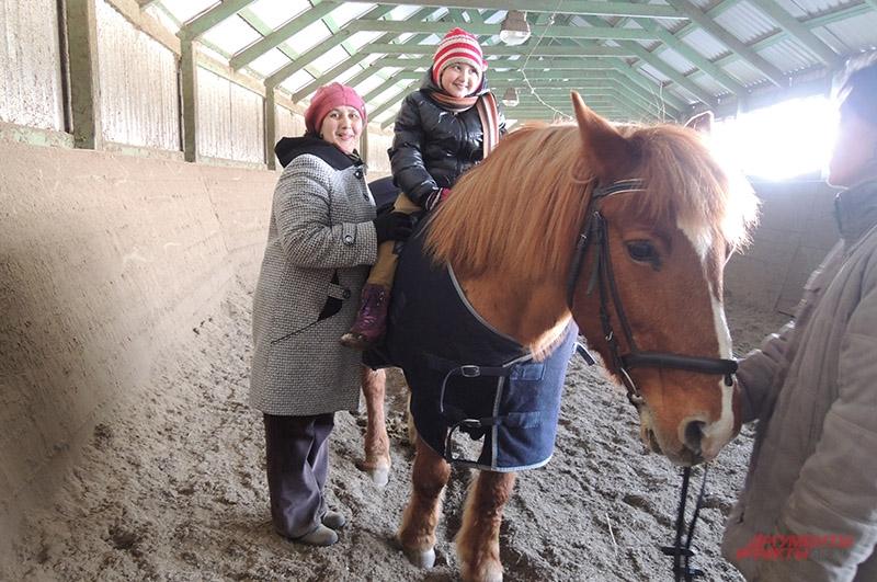 Эльза уверенно держится на лошади