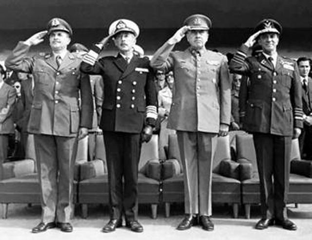 Члены правительства Хунты с 1973 по 1978 год: Сесар Мендоса, Хосе Торибио Мерино, Аугусто Пиночет и Густаво Ли (слева направо).