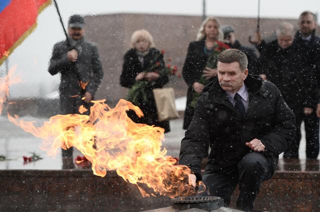 Герой России полковник Вячеслав Бочаров возлагает цветы к Вечному огню в Парке Победы.