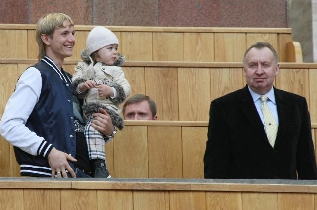 Нападающий «Спартака» Роман Павлюченко и Владимир Федотов на трибуне во время матча ЧР по футболу-2008.