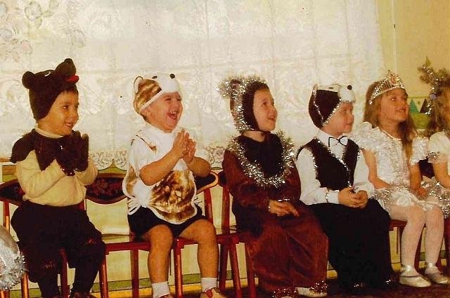 Дети в ожидании Деда Мороза на новогоднем утреннике, 2003 год.