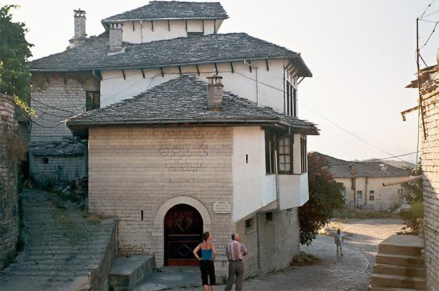 Дом в Гирокастре, где прошли детские годы Э. Ходжи (ныне музей).