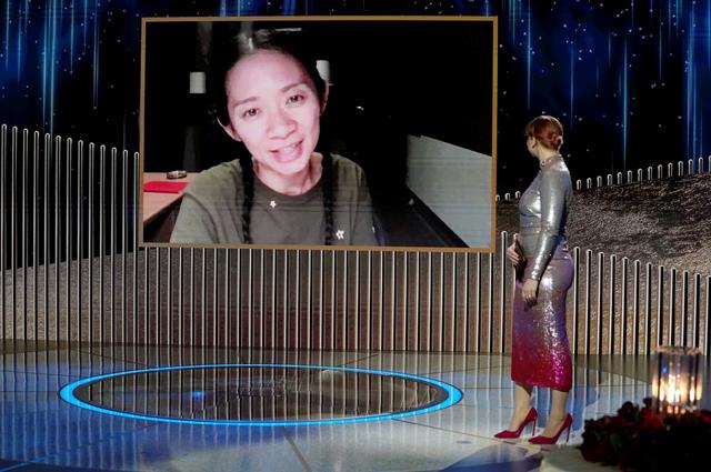 Хлоя Чжао получает награду за лучшую режиссуру в кино за фильм «Страна кочевников».